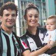Sophie Charlotte e Daniel de Oliveira foram ao estádio Independência, em Belo Horizonte (MG), torcer pelo Atlético Mineiro tendo como companhia o filho, Otto, de 4 meses