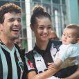 Sophie Charlotte e Daniel de Oliveira se divertem com o filho, Otto, de 4 meses, em jogo de futebol