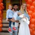 Carol Trentini posa com o marido, Fabio Bartelt e os filhos, Bento e Benoah