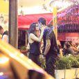 Nanda Costa é flagrada aos beijos com Davi Peduti em bar do Rio de Janeiro