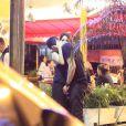 Nanda Costa e Davi Peduti trocam carinhos em bar do Rio de Janeiro