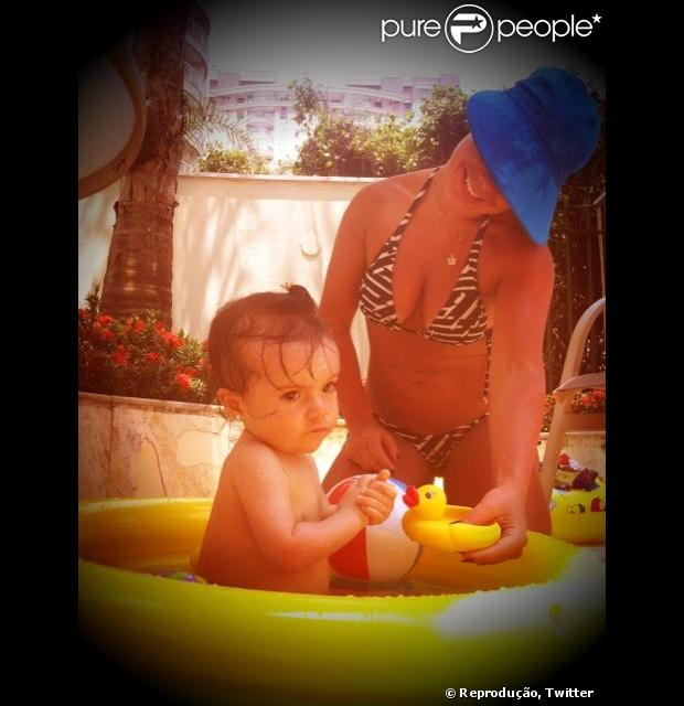 Fernanda Souza brinca com sobrinha em tarde de sol, em dezembro de 2012