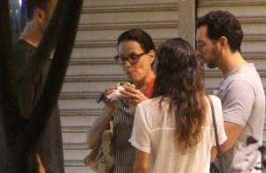 Carolina Ferraz come sanduíche acompanhada de amigos e namorado, no Rio