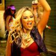 Brunetty (Ellen Rocche), a Mulher Mangaba, canta no clipe do seu hit 'Hoje eu tô descontraída', em 'Sangue Bom'