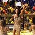 Sereia (Isis Valverde), agita os foliões no carnaval de Salvador cantando seu sucesso 'No Ouvido da Sereia', em cena da microssérie 'O Canto da Sereia'