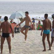 José Loreto exibe corpo sarado em dia de folga na praia do Pepê, no Rio