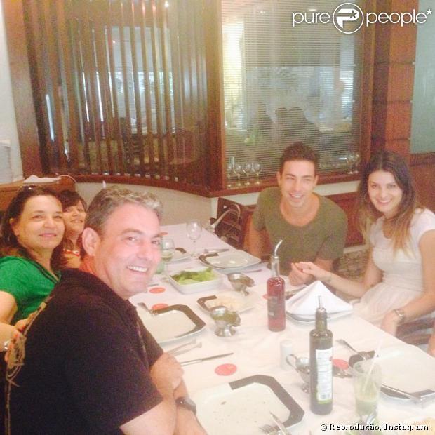 Di Ferrero e Isabelli Fontana estão namorando. Neste domingo, 8 de dezembro de 2013, o pai de Di Ferrero publicou uma foto do cantor ao lado da modelo durante um almoço