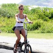 Fernanda de Freitas pedala de shortinho na orla do Rio de Janeiro