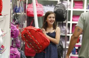 Klara Castanho compra material escolar em shopping do Rio