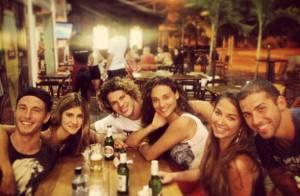 Débora Nascimento e José Loreto curtem noite com amigos em barzinho no Rio