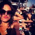 Isis Valverde faz bico para foto em uma das ilhas caribenhas