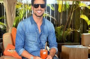 Cauã Reymond aposta em look estiloso para prestigiar evento em hotel em SP