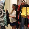 Juliana Paiva curtiu a noite desta terça-feira, 17 de dezembro de 2013, fazendo compras no shopping Rio Design Barra, na Barra da Tijuca, Zona Oeste do Rio de Janeiro