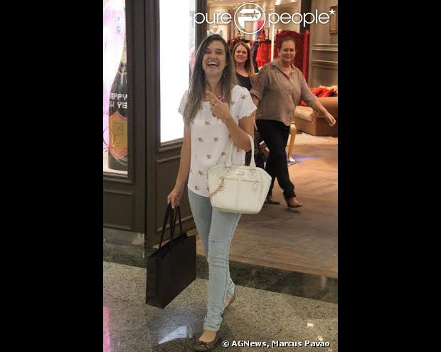 Juliana Paiva foi vista fazendo compras na loja Bo.Bô, no shopping Rio Design Barra, na Barra da Tijuca, Zona Oeste do Rio de Janeiro, nesta terça-feira, 17 de dezembro de 2013