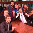 Danilo Gentili com a equipe do talk-show 'Agora é Tarde'