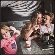 """Antes da festa, Danielle provou brigadeiro com os filhos na sede da Tio Beto Produções, responsável pela decoração e animação da festa. 'Há cinco anos atrás estávamos a mil por hora preparando os brindes de sua festinha de 1 ano, Arca do Noah! Como o tempo voa! Hoje o dia e seu Noah e o Rei Leão te aguarda cheio de aventuras e novidades!!!! Sua festa esta lindaaaa! @lawinits você vai amar!!! Felicidades Noah'"""", postou no Instagram a empresa."""