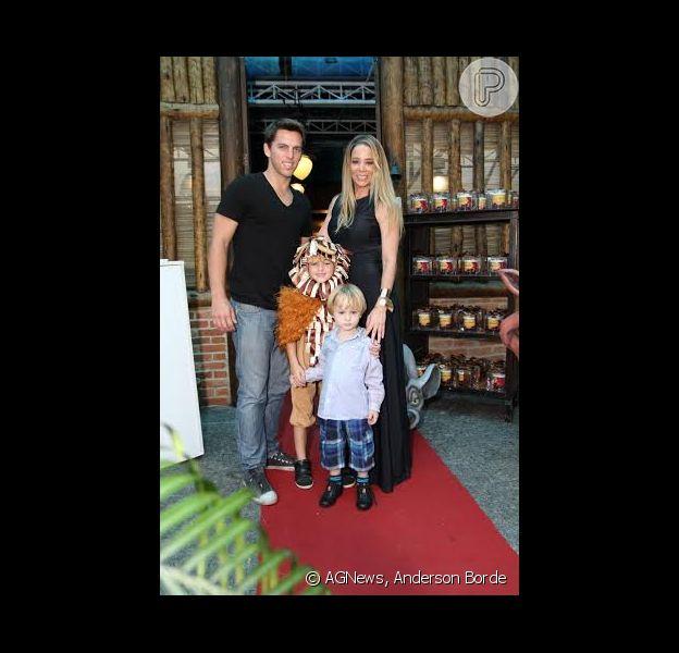 Família reunida: Danielle Winits posa com o namorado, Amaury Nunes, e os filhos Noah e Guy