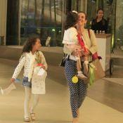 Tania Khalill, atriz de 'Joia Rara', passeia sorridente com as duas filhas