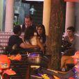 Malvino Salvador e Kyra Gracie jantam na companhia de amigos