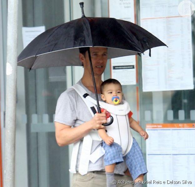 Matthew McConaughey passeia com o filho, Livingston, pelas ruas de Belo Horizonte, em Minas Gerais, em 27 de dezembro de 2013