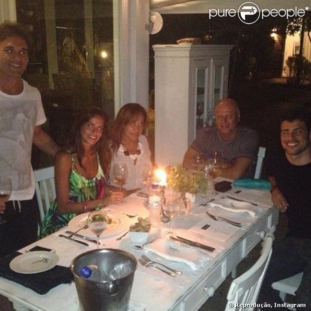 Na sexta-feira (27), Cauã Reymond jantou com amigos no Felíssimo Exclusive Hotel, em Balneário Camboriú, em Santa Catarina