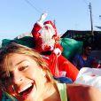 Na tarde de 25 de dezembro, Grazi Massafera e seu pai, Gilmar, vestido de Papai Noel, distribuiram presentes pelas ruas de Paranaguá