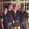Cauã posa com os funcionários do Felíssimo Exclusive Hotel