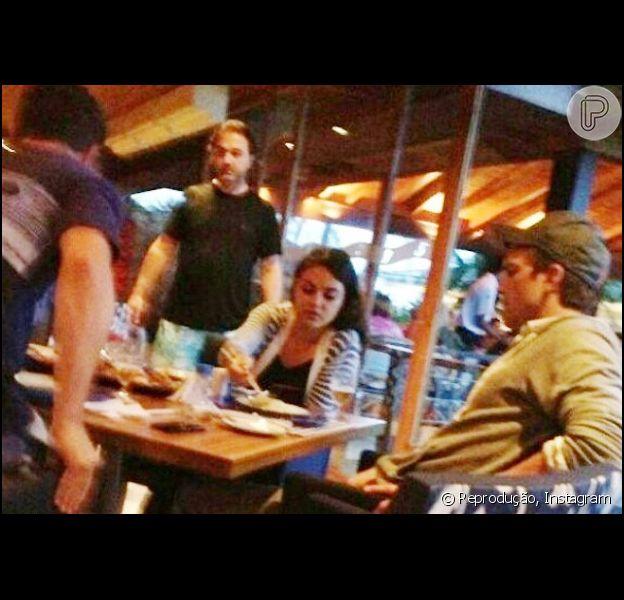 Ashton Kutcher e Mila Kunis, hospedados na cada de Luciano Huck e Angélica, são flagrados almoçando em Angra dos Reis, no litoral do Rio, em 4 de janeiro de 2013