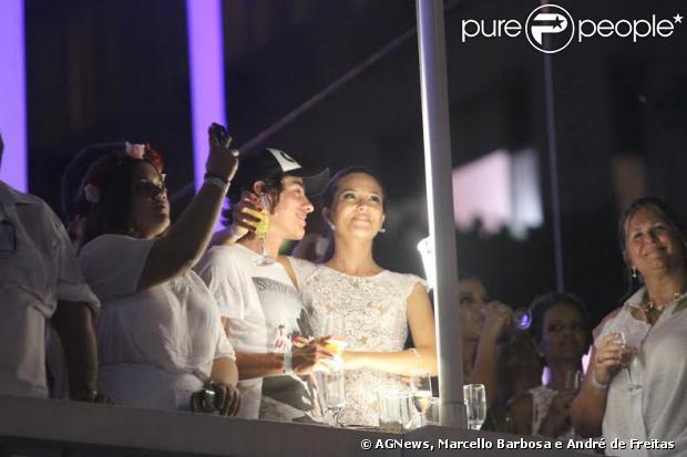 Juliana Paiva posa abraçada com o ator Vinicius Tardio, colega de 'Além do Horizonte', no Réveilon de Copacabana