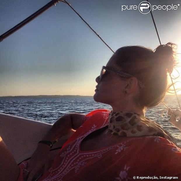 Alinne Moraes posta foto durante um passeio de lancha no primeiro dia do ano, em 1º de janeiro de 2014