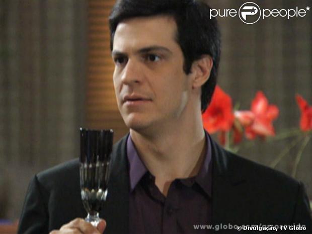 Félix (Mateus Solano) ficará indignado com Niko (Thiago Fragoso) ao saber que ele liberou Amarilys (Danielle Winits) de visitar Fabrício. O ex-vendedor de hot dog dispara: 'Você é uma bicha burra!'