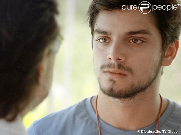 Marlon (Rodrigo Simas) não conta nada sobre William (Thiago Rodrigues) para Tereza (Carolina Ferraz) em 'Além do Horizonte', em 13 de janeiro de 2014