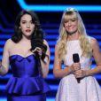 Kat Dennings e Beth Behrs, de 'Two Broke Girls', foram as apresentadoras do People's Choice Awards 2014