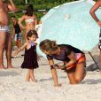 Grazi Massafera curtiu o dia na praia da Barra da Tijuca, Zona Oeste do Rio, com Sofia, sua filha de 1 ano e 8 meses, fruto de sua relação com Cauã Reymond