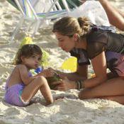 Grazi Massafera se diverte com sua filha, Sofia, na praia da Barra, no Rio