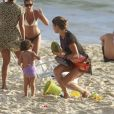 Grazi Massafera e sua filha Sofia, passaram a tarde na praia da Barra da Tijuca, no Rio