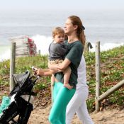 Letícia Birkheuer passeia com o filho na orla de Ipanema: 'O João ama o Rio'