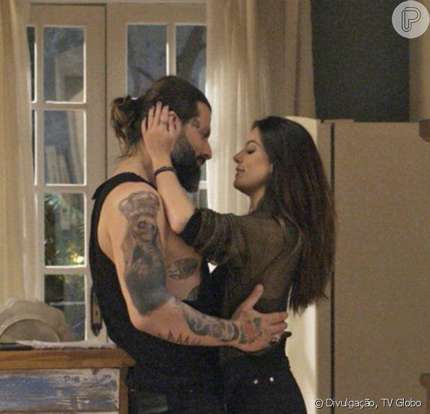 Ralf (Henri Castelli) descobre que Milena (Giovanna Lancellotti) é virgem e prepara uma noite romântica para sua primeira vez, na novela 'Sol Nascente', a partir de 13 de dezembro de 2016