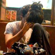 Gabriel Leone e Carla Salle se beijam e trocam chamegos em restaurante. Fotos!