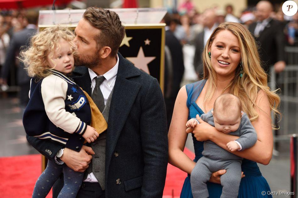 Ryan Reynolds ganhou estrela na Calçada da Fama, em Los Angeles, nos Estados Unidos, nesta quinta-feira, 15 dezembro de 2016, e foi prestigiado por Blake Lively e suas duas filhas