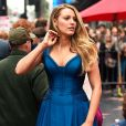 Blake Lively, referência por seus looks no mundo das famosas, apostou no vestido azul do Atelier Versace para prestigiar o marido