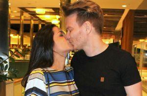 Michel Teló beija a mulher, Thais Fersoza, em saída de restaurante no RJ. Fotos!