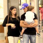 Felipe Simas passeia com a mulher, Mariana Uhlmann, e o filho em shopping do Rio