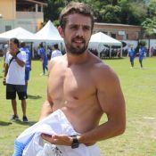 Rafael Cardoso exibe abdômen definido ao tirar a camisa em futebol. Fotos!