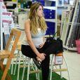 Rafa Brites, grávida de oito meses, descansa durante a tarde de compras