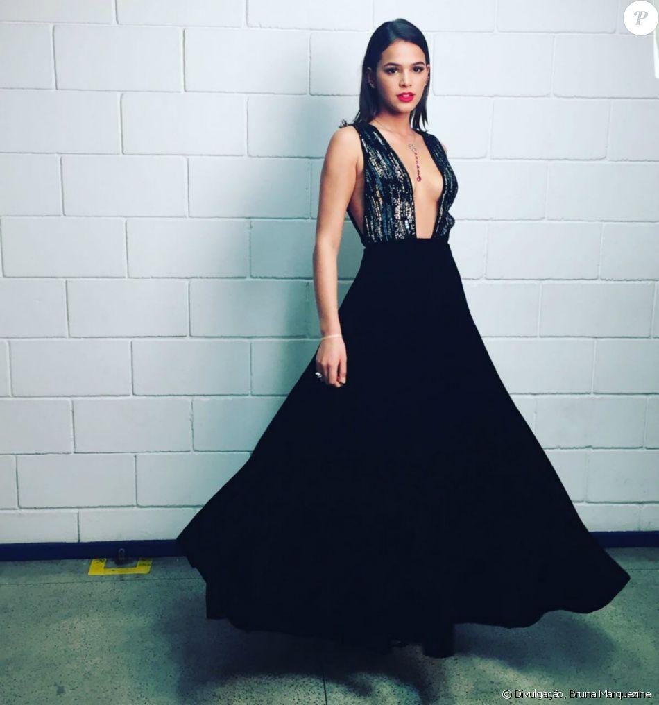Bruna Marquezine usa look Giorgio Armani com superdecote no 'Caldeirão de Ouro' nesta segunda-feira, dia 19 de dezembro de 2016
