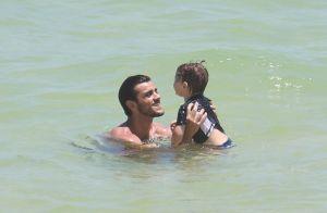 Felipe Simas dá show de fofura na praia com o filho, Joaquim, de 2 anos. Fotos!