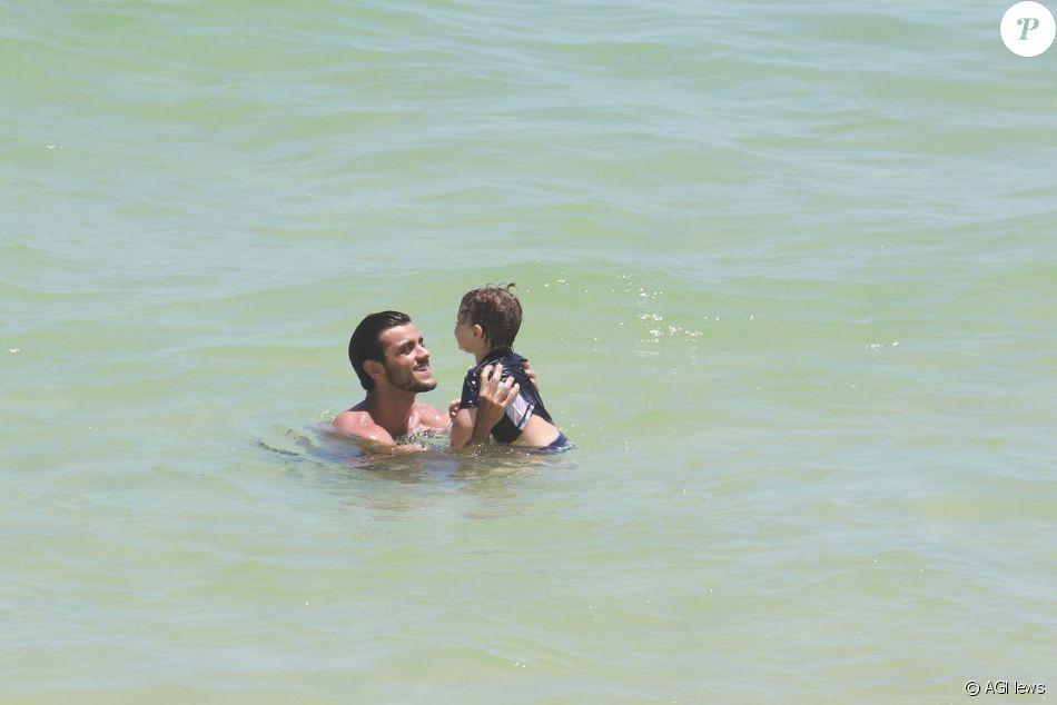 Felipe Simas dá show de fofura em dia de praia com o filho, Joaquim, e a mulher, Mariana Uhlmann, nesta terça-feira, dia 20 de dezembro de 2016