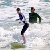 Após quase se afogar, Anne Hathaway surfa em praia do Havaí. Veja fotos