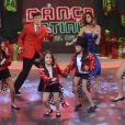 Rodrigo Faro se diverte no palco com as três filhas, a mulher e uma fã mirim